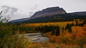 Singel-skjutit berg för St Mary River And, höst i glaciärnationalpark Royaltyfri Foto
