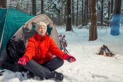 Singel som trekking i vinterskogen, flicka som gör yoga Arkivfoto