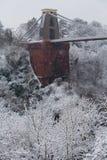 Singeln står hög av Clifton upphängning överbryggar i snow Arkivbild
