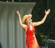 Singen Sie Ihrem Herzen aus- Frau auf Stadium Lizenzfreie Stockfotos