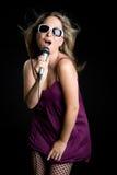 Singende blonde Frau Stockbilder