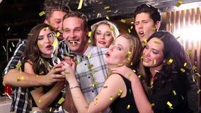 Singende Freunde stock footage