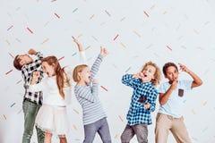 Singende Jungen und Mädchen Stockbilder