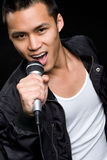 Singender asiatischer Mann Lizenzfreie Stockbilder