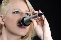 Singendes blondes Mädchen Lizenzfreies Stockbild