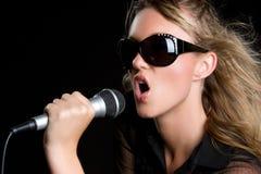 Singendes blondes Mädchen Stockbild