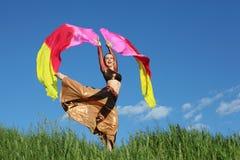 Singenfrau tanzt mit Schleiergebläsen Stockfoto