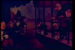Singes mis en cage alimentant des personnes au zoo illustration libre de droits
