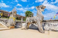 Singha и статуя naga на виске Wat Prathat Lampang Luang, лампе Стоковое Фото