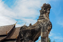 Singha bianco in cielo blu al tempio Fotografia Stock