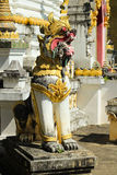 Singha lejonstaty framme av templet Arkivfoto