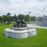 Singha rzeźba przy Ruen Yod Bar Mungkalanusaranee pawilonem pod jaskrawym niebieskim niebem Fotografia Royalty Free
