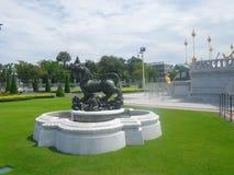 Singha rzeźba przy Ruen Yod Bar Mungkalanusaranee pawilonem pod jaskrawym niebieskim niebem Zdjęcia Royalty Free