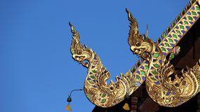 Singha spyr ut Nagastempeltaket som dekoreras med målat glass royaltyfria bilder