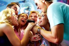 Singing friends Royalty Free Stock Images
