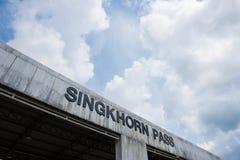 Singkhorn通行证和蓝天, Prachuapkhirikhan省,泰国 免版税库存图片