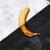 Single banana against blue background Royalty Free Stock Photography