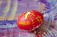 Single easter egg with beautiful  color abstract pattern, isolated on colored textured background Stock Image