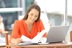 Entrepreneur working reading documents in a bar Royalty Free Stock Photos
