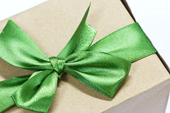 Single gift box with green ribbon Royalty Free Stock Photography
