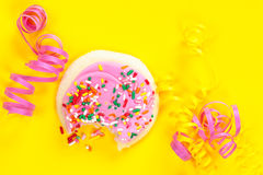 Single pink frosted cookie with sprinkles Royalty Free Stock Photos