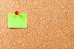 Single sticky note green on cork board horizontal Royalty Free Stock Photos