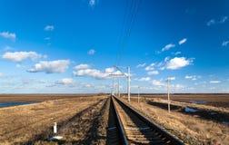 Single-track ηλεκτρισμένη γραμμή σιδηροδρόμων στην Ουκρανία Στοκ Εικόνες