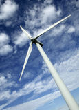SINGLE WIND TURBINE WITH BLUE SKY. AND CLOUDS Royalty Free Stock Images