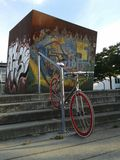 Singlespeed bike. Bike in front of a graphitti wall Stock Images