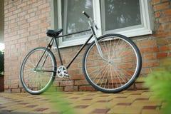 Singlespeed cykel för gammal stil mot tegelstenväggen royaltyfria bilder