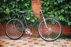 Singlespeed cykel för gammal stil mot tegelstenväggen royaltyfri foto