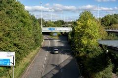 Singola automobile sulle strade trasversali delle autostrade M8 e A803 a Glasgow fotografie stock libere da diritti
