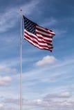 Singola bandiera americana con il cielo nuvoloso fotografia stock libera da diritti