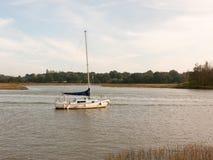 Singola barca privata attraccata nella scena del paesaggio di alta marea del fiume Fotografia Stock Libera da Diritti