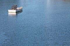 Singola barca a remi su acqua blu Immagini Stock Libere da Diritti