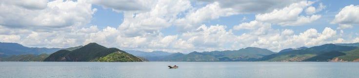 Singola barca sul fiume di Lugu in Lijiang, il Yunnan, Cina immagine stock libera da diritti