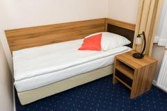 Singola camera da letto in hotel economico Immagini Stock Libere da Diritti