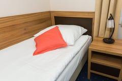 Singola camera da letto in hotel economico Fotografie Stock