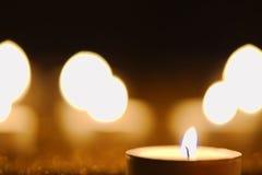 Singola candela su una superficie dorata Fotografia Stock Libera da Diritti