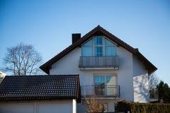 Singola casa moderna a Monaco di Baviera, cielo blu Immagini Stock