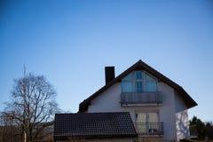 Singola casa a Monaco di Baviera, cielo blu Immagini Stock Libere da Diritti