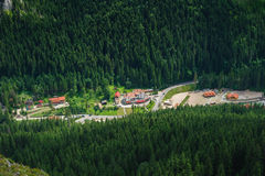 Singola casa su un prato in montagne Immagini Stock Libere da Diritti