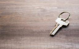 Singola chiave su un bordo di legno fotografia stock libera da diritti