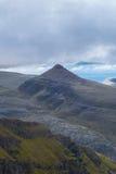 Singola cima della montagna contro il contesto atlantico del mare ed il cielo nuvoloso Fotografie Stock Libere da Diritti