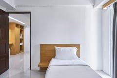 Singola derisione della decorazione interna della camera da letto su per l'appartamento dell'hotel immagine stock libera da diritti