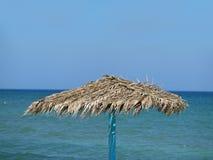Singola fine dell'ombrello su con la vista del mare Immagini Stock