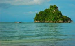 Singola isola fuori dal litorale del Krabi, Tailandia. Fotografia Stock