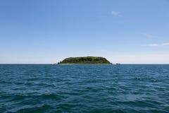 Singola isola in mar del Giappone L'isola deserta Immagini Stock
