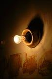 Singola lampadina in caverna Immagini Stock