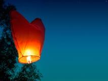 Singola lanterna di galleggiamento Fotografie Stock